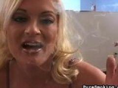 Blonde Schlampe raucht beim Blasen
